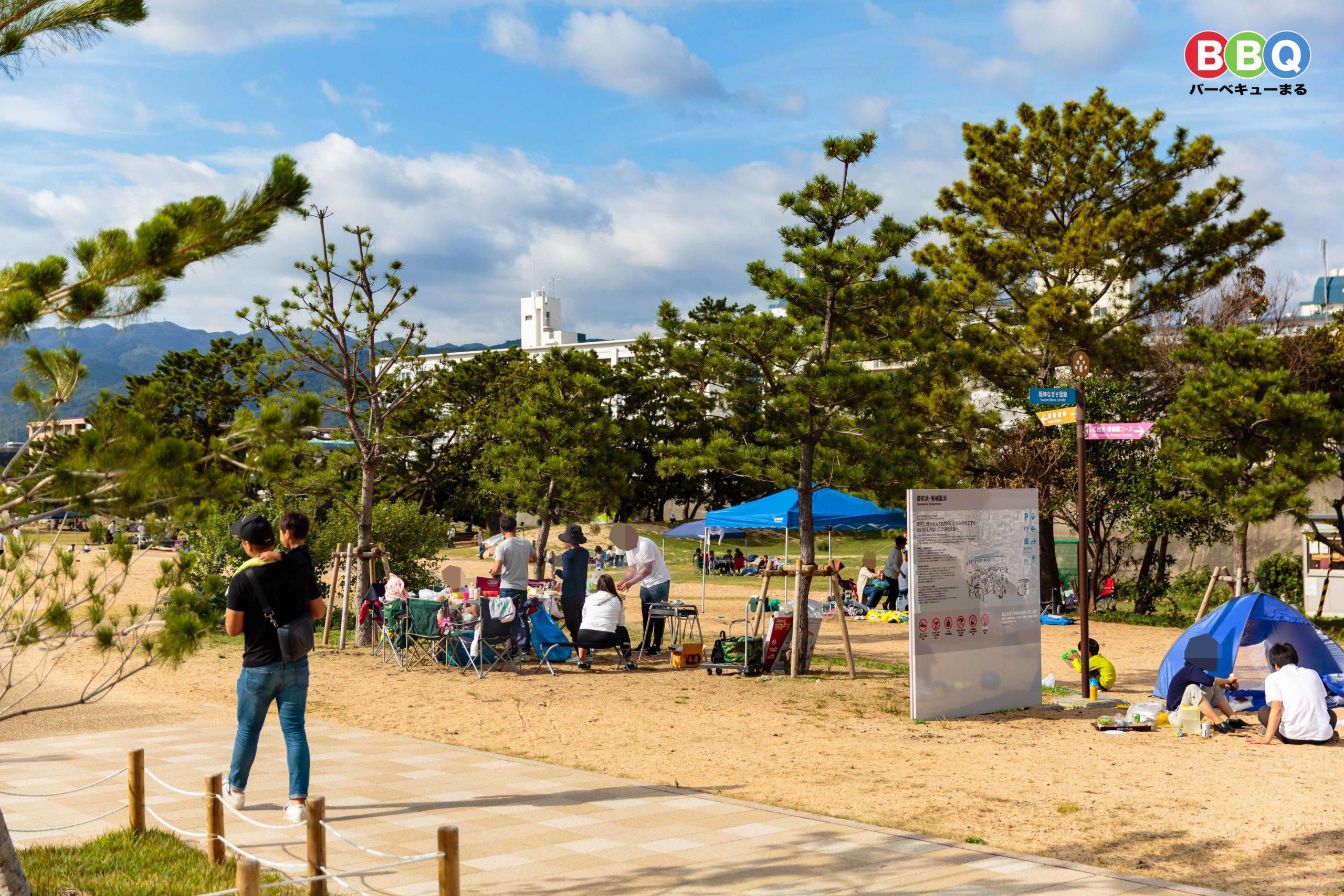 御前浜公園のエントランスゾーンでバーベキューを楽しむ人達