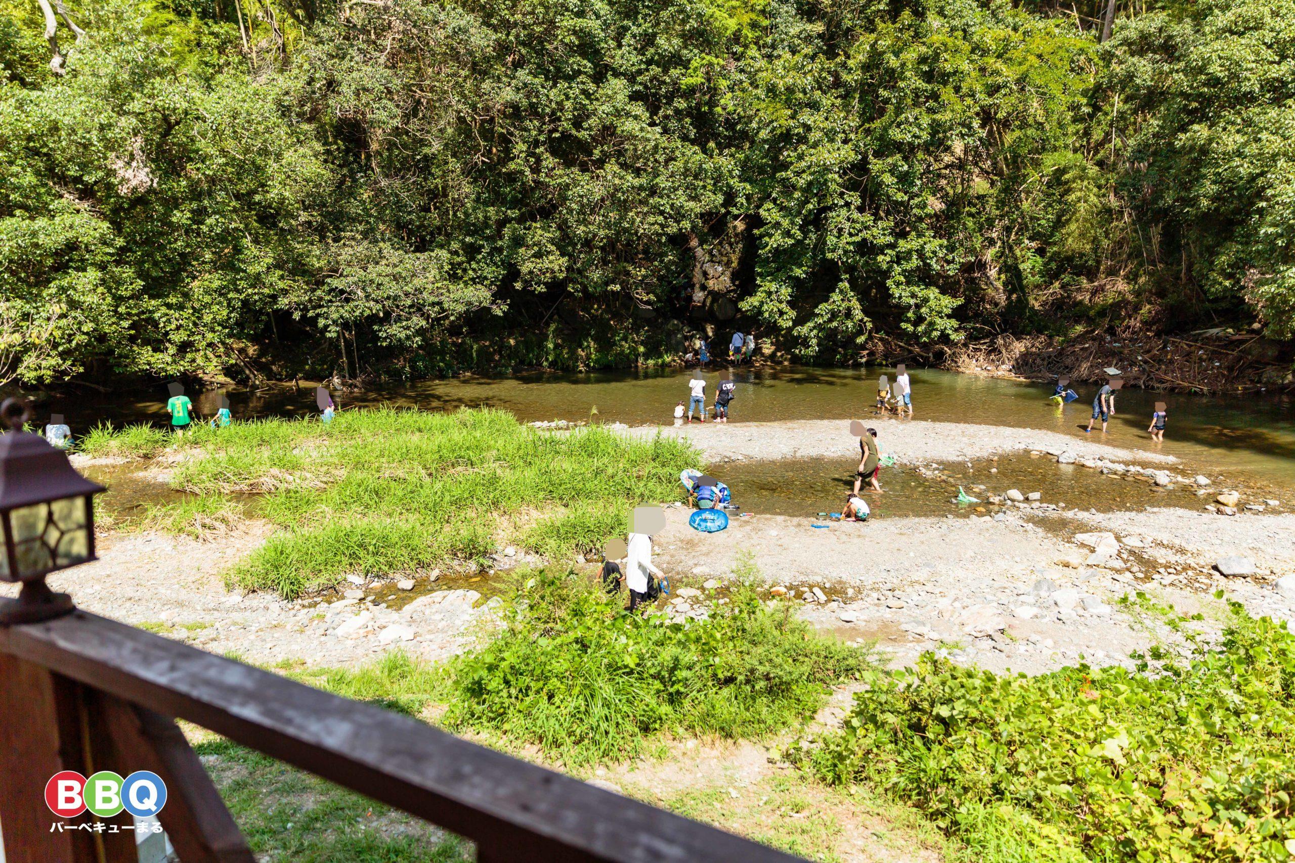 摂津峡芥川で川遊びをする人たち