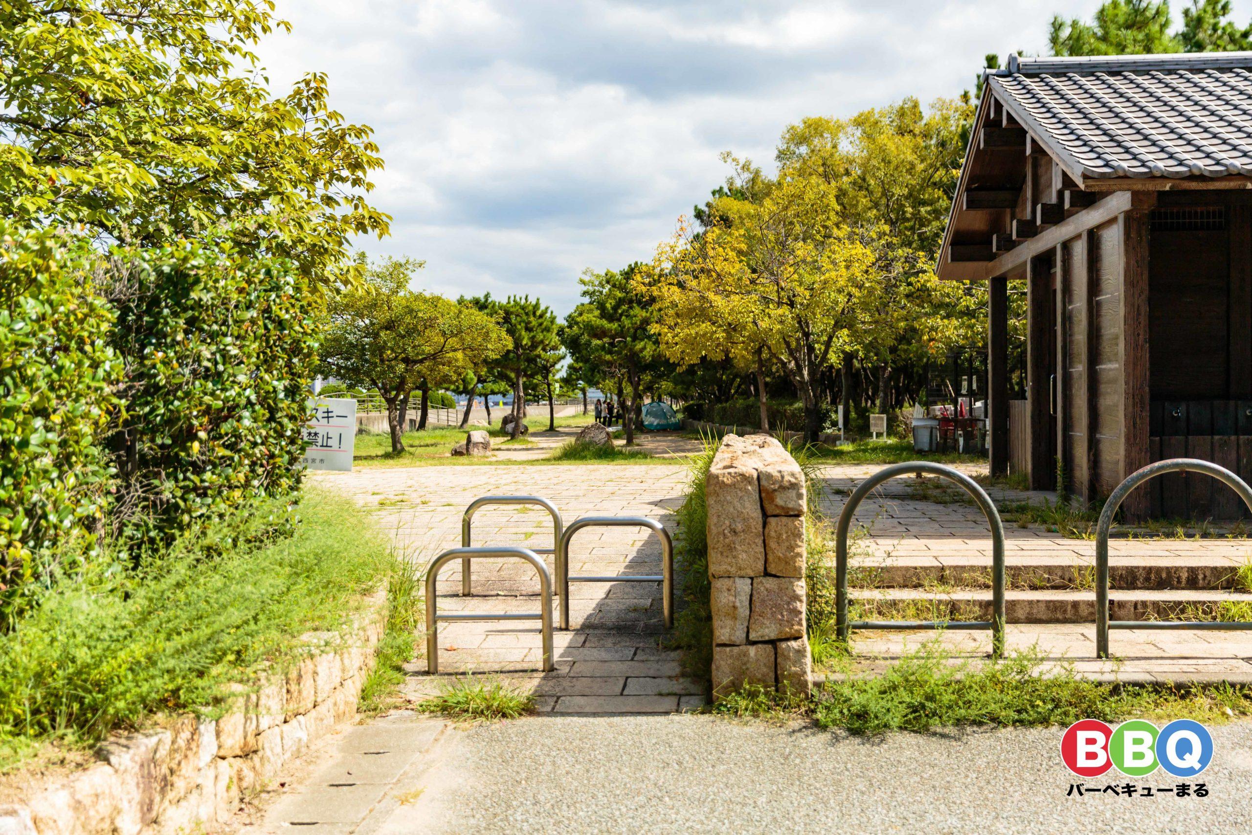 甲子園浜海浜公園沖地区の西(第一)駐車場からバーベキューエリアを望む