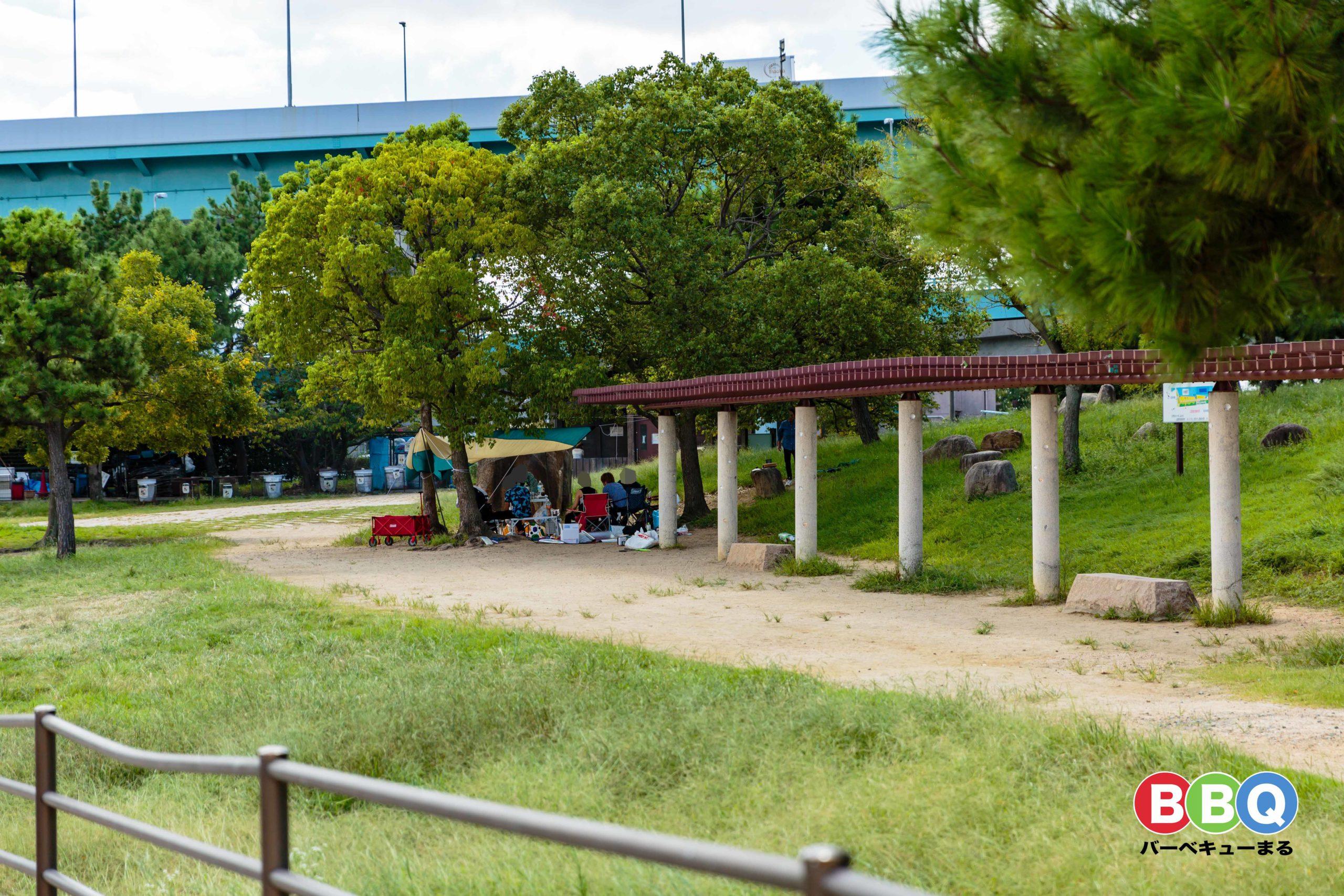 甲子園浜海浜公園沖地区ののバーベキュー風景
