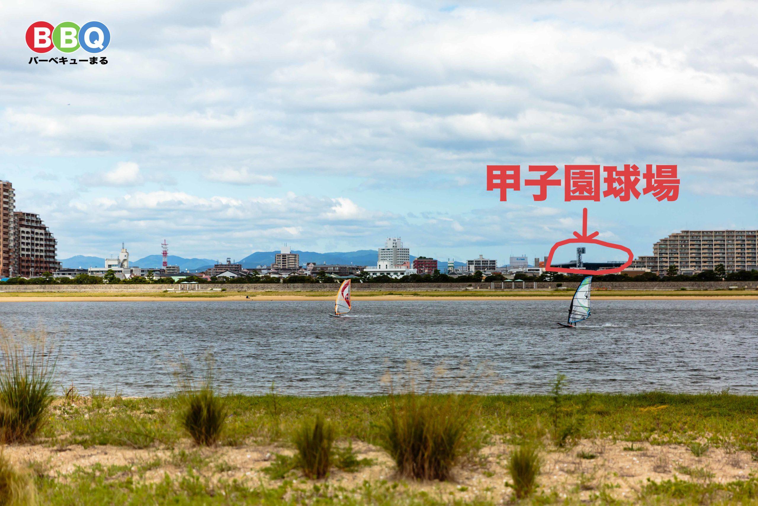 甲子園浜海浜公園沖地区から見る海と甲子園球場