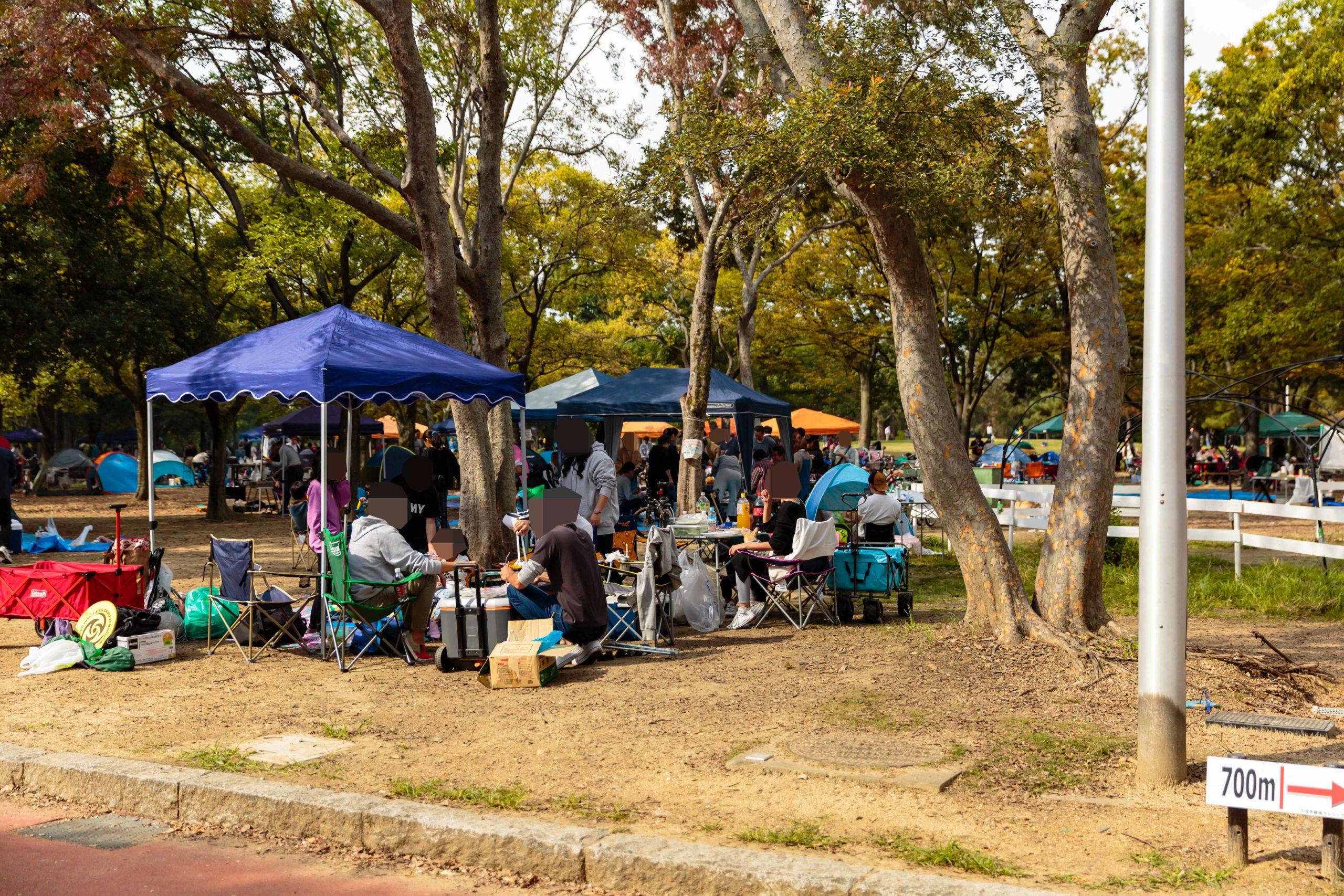 久宝寺緑地公園でバーベキューを楽しむ人たち