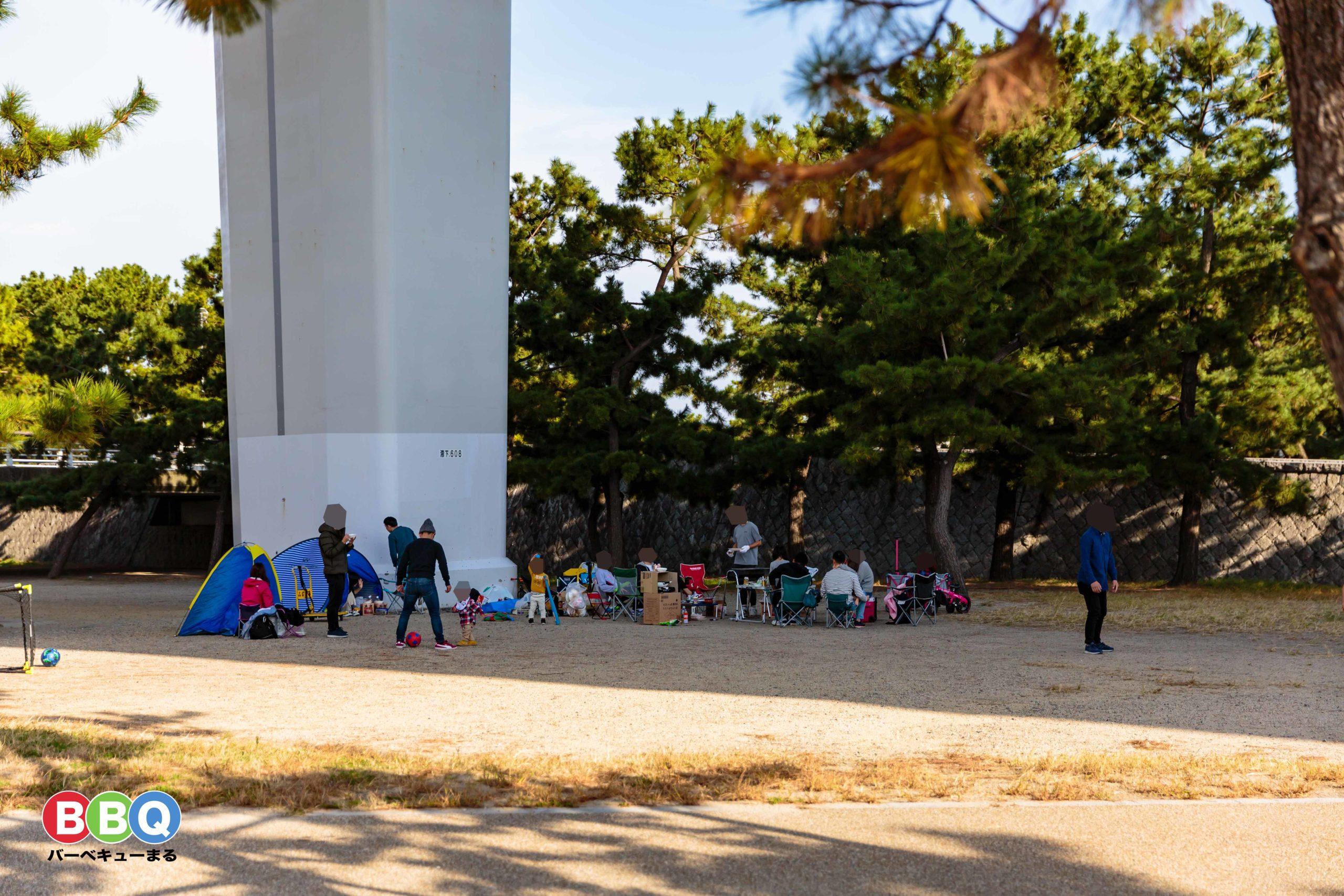 二色の浜公園沢地区無料BBQ可能区域でBBQをする人たち